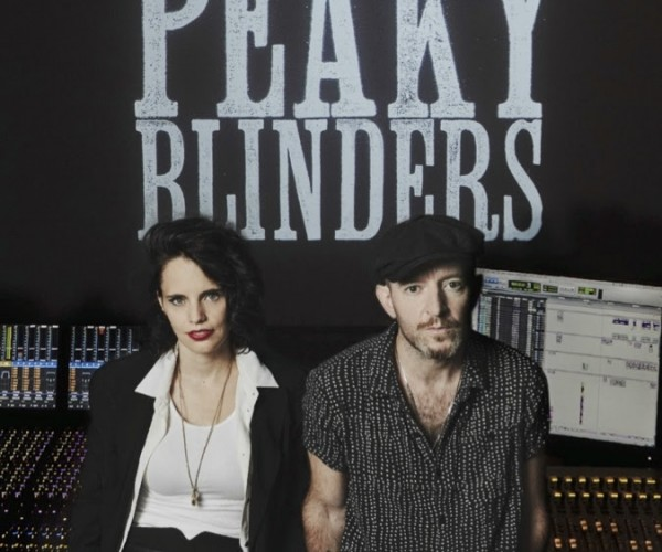 """Anna Calvi divulga """"You're Not God"""", faixa que escreveu para a trilha sonora de Peaky Blinders"""